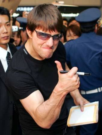 tom-cruise-gives-thumbs-up